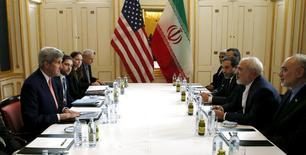 Irán liberó el sábado a cuatro ciudadanos estadounidenses, entre ellos a un corresponsal del Washington Post, en un canje de presos ocurrido en el mismo día en el que se reúnen diplomáticos para anunciar el fin de las sanciones internacionales que permitirá a la república islámica regresar al sistema económico global. En la imagen, el secretario de Estado estadounidense, John Kerry (izq) se reúne en Viena con el ministro de Exteriores iraní, Javad Zarif, en Viena el 16 de enero de 2016. REUTERS/Kevin Lamarque