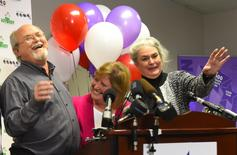 Powerball jackpot co-winners Lisa and John Robinson (L) of Munford, Tennessee and Tennessee Lottery President and CEO Rebecca Hargrove (R) attend a news conference at the headquarters of the Tennessee Lottery in Nashville, Tennessee January 15, 2016. REUTERS/Harrison McClary