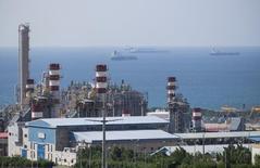 Vista panorámica del campo de gas Pars Sur en Asalouyeh, en el norte del Golfo Pérsico, en Irán. 19 de noviembre de 2015. El petróleo volvía a bajar el lunes tras el anuncio del levantamiento de sanciones internacionales contra Irán, que intenta elevar rápidamente sus exportaciones en un mercado ya sobre abastecido. REUTERS/Raheb Homavandi/TIMA. ATENCIÓN EDITORES - SOLO PARA USO EDITORIAL.  NO ESTÁ A LA VENTA Y NO SE PUEDE USAR EN CAMPAÑAS PUBLICITARIAS. ESTA IMAGEN HA SIDO ENTREGADA POR UN TERCERO Y SE DISTRIBUYE EXÁCTAMENTE COMO LA RECIBIÓ REUTERS COMO UN SERVICIO A SUS CLIENTES.