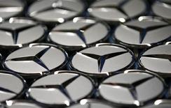 Логотипы Mercedes-Benz на заводе в Зиндельфингене 24 января 2014 года. Немецкий производитель грузовиков Daimler подписал соглашения о намерениях сотрудничества с Iran Khodro Diesel (IKD) и Mammut Group, собираясь вернуться на рынок Ирана. REUTERS/Michaela Rehle