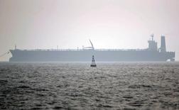 Нефтяной танкер в порту иранского города Ассалуйе. 27 мая 2006 года. Правительство Ирана издало указ о повышении добычи нефти на 500.000 баррелей в сутки, сообщило информационное агентство Shana со ссылкой на заместителя министра нефтяной промышленности Рокнеддина Джавади. REUTERS/Morteza Nikoubazl