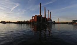 Plusieurs dizaines de grands actionnaires de Volkswagen s'apprêtent à porter plainte auprès de la justice allemande pour obtenir des indemnités à la suite du plongeon du cours de Bourse du constructeur automobile allemand en raison du scandale des émissions polluantes. /Photo prise le 8 décembre 2015/REUTERS/Carl Recine