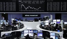 Operadores en sus puestos de trabajo en la bolsa alemana en Fráncfort, ene 18, 2016. Las acciones de los bancos de zona euro presionaron el lunes a los índices bursátiles europeos, que cerraron en baja pese a que el sector gas y petróleo brindó algo de soporte al mercado.      REUTERS/Staff/Remote