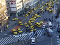 Taxis bloqueiam uma avenida principal no centro de Budapeste, Hungria. 18 de janeiro de 2016. REUTERS/Laszlo Balogh