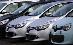 Renault se ha comprometido a revisar y poner a punto correctamente más de 15.000 vehículos tras las irregularidades en unas primeras pruebas sobre emisiones contaminantes, anunció el martes Ségolène Royal en la radio francesa RTL. Imagen de coches de Renault en un concesionario. REUTERS/Jacky Naegelen