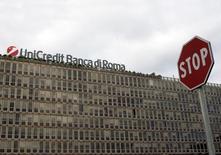 Дорожный знак у офиса Unicredit в Риме. 14 ноября 2008 года. Несколько итальянских банков, включая UniCredit и Banca Monte dei Paschi di Siena, сообщили в понедельник, что Европейский центральный банк запросил у них информацию о портфелях невозвратных кредитов. REUTERS/Giampiero Sposito