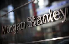 El logo corporativo de la firma financiera Morgan Stanley, fotografiado en la sede mundial de la compañía en Nueva York, 20 de enero de 2015. Morgan Stanley reportó una ganancia en el cuarto trimestre de 2015, en comparación con la pérdida registrada en el mismo periodo del año anterior, debido a una caída de los costos legales y los gastos por compensaciones. REUTERS/Mike Segar