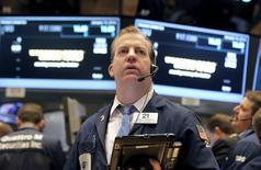 Un operador trabajando en la bolsa de Wall Street en Nueva York, ene 15, 2016. Las acciones subían el martes en la apertura en la bolsa de Nueva York, después de que el ritmo de crecimiento anual más lento de China en 25 años aumentó las esperanzas de nuevas medidas de estímulo, lo que se sumó a unos resultados positivos de grandes bancos estadounidenses.    REUTERS/Brendan McDermid