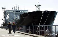 Танкер в порту Туапсе 6 сентября 2006 года. Объем перевалки грузов в морских портах РФ вырос в 2015 году на 5,7 процента до 676,7 миллиона тонн, сообщил Минтранс в среду. REUTERS/Sergei Karpukhin