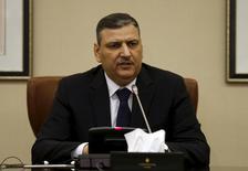 Глава Сирийского оппозиционного совета Рияд Хиджаб на пресс-конференции в Эр-Рияде 20 января 2016 года. Сирийский оппозиционный совет, сформированный в Эр-Рияде в декабре, сообщил в среду, что не появится на мирных переговорах, если в них будет участвовать третья сторона, намекая на призыв России включить другие группы в процесс урегулирования конфликта, который должен начаться на следующей неделе. REUTERS/Faisal Al Nasser