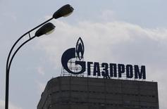 """Gazprom, el gigante energético controlada por el Kremlin, advirtió el miércoles a la Unión Europea sobre una crisis del mercado a gran escala y la falta de inversión en medio de la caída de los precios de las materias primas a menos de Bruselas revise sus políticas energéticas """"contradictorias"""". En la foto, el logo d ela compañía en un edificio de oficinas en Moscú, el 10 de agosto de 2015.  REUTERS/Maxim Shemetov"""