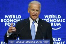 El vicepresidente de Estados Unidos, Joe Biden, durante la reunión anual del Foro Económico Mundial, en Davos, Suiza. 20 de enero de 2016. El fin de la política monetaria ultraexpansiva y la divergencia en el rumbo de los bancos centrales de Estados Unidos y Europa están contribuyendo a la reciente volatilidad en los mercados financieros, dijeron importantes banqueros en el Foro Económico Mundial en Davos. REUTERS/Ruben Sprich