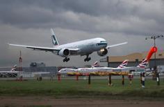 Una nueva asociación de aerolíneas europeas presentada el miércoles quiere que la Unión Europea reforme su regulación para reducir el coste de usar los aeropuertos en la región y abordar las huelgas de controladores aéreos que suelen producirse en verano.  En la imagen, un avión aterriza en Heathrow, Londres, el 11 de diciembre de 2015.  REUTERS/Neil Hall