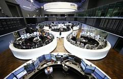 Les Bourses européennes ont ouvert en hausse jeudi, effaçant une petite partie de leurs lourdes pertes de la veille grâce à  des achats à bon compte encouragés par de timides signes de ralentissement de la chute des cours du pétrole. L'indice CAC 40 affiche un rebond de 0,83% vers 09h30, tandis que le DAX reprend 0,57%. /Photo d'archives/REUTERS/Ralph Orlowski