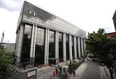 La accidentada compañía editorial y educativa Pearson planea hacer un recorte del 10 por ciento de su personal, mantener su dividendo y hacer una nueva reestructuración, después de pronosticar que obtendrá unas débiles ganancias en 2015 y 2016. En la foto de archivo, la sede del diario económico británico Financial Times vendido el año pasado por Pearson en Londres el 23 de julio de 2015. REUTERS/Peter Nicholls
