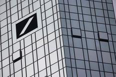 Логотип Deutsche Bank на штаб-квартире банка во Франкфурте-на-Майне 29 октября 2015 года. Информация о рекордном чистом убытке Deutsche Bank в размере 6,7 миллиардов евро ($7,3 миллиарда) за 2015 год, о котором банк, как ожидается, сообщит, вновь оживила опасения, что компании придётся прибегнуть к мобилизации дополнительного капитала для укрепления финансов. REUTERS/Kai Pfaffenbach