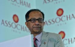 """El economista jefe del Banco Mundial, Kaushik Basu, durante una conferencia en Nueva Delhi. 19 de agosto de 2013. El crecimiento global mejorará una vez que los precios de las materias primas se estabilicen, dijo el jueves el economista jefe del Banco Mundial, Kaushik Basu, quien agregó que India es el """"punto positivo"""" entre los mercados emergentes. REUTERS/Anindito Mukherjee"""