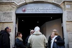 Les actions des banques italiennes ont terminé en très net rebond jeudi en Bourse de Milan, refaisant un peu du terrain perdu au cours des cinq séances précédentes en raison des inquiétudes relatives au volume important des créances douteuses qu'elles ont en portefeuille. Banca Monte dei Paschi di Siena, la plus vulnérable et donc la plus touchée par le courant de défiance, a fini en hausse de 43,14% à 0,73 euro. /Photo prise le 21 janvier 2016/REUTERS/Max Rossi