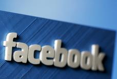 Un modelo tridimensial del logo de Facebook realizado en Zenica, mayo 13, 2015. Facebook está entrando al terreno de los deportes con una nueva plataforma llamada Facebook Sports Stadium, que según la red social proporcionará actualizaciones en tiempo real sobre partidos, publicaciones populares de aficionados, estadísticas y comentarios de expertos.  REUTERS/Dado Ruvic