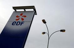 El grupo de energía francés EDF, controlado por el Estado, dijo el jueves que planea hasta 4.200 recortes de empleos en Francia hasta 2018 y 6.000 puestos de trabajo en todo el mundo hasta 2019, sobre todo en su filial británica EDF Energy, dijo el viernes el diario francés Les Echos.  En la imagen, vista general de una estación de EDF en Porcheville, Francia, el 18 de enero de 2016.  REUTERS/Jacky Naegelen