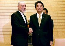 Премьер-министр Японии Синдзо Абэ жмет руку главы Организации по атомной энергии Ирана Али Акбара Салехи. Токио, 5 ноября  2015 года. Япония сняла санкции с Ирана в пятницу вслед за ведущими мировыми державами после того, как МАГАТЭ подтвердило, что Тегеран принял меры для сворачивания своей ядерной программы, сообщил генеральный секретарь кабинета министров Японии Ёсихидэ Суга на пресс-конференции. REUTERS/Eugene Hoshiko/Pool
