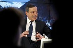 El presidente del Banco Central Europeo, Mario Draghi, dijo el viernes que el banco tenía numerosos instrumentos a su disposición para elevar la inflación y estaba tanto determinado como dispuesto a actuar para cumplir su mandato. En la imagen, Draghi en el Foro Económico Mundial en Davos, Suiza, 22 de enero de 2016. REUTERS/Ruben Sprich