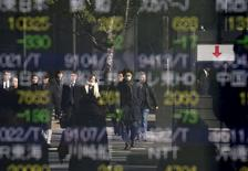Personas se reflejan en una pantalla que muestra la información de las acciones, en una correduría en Tokio, Japón. 14 de enero de 2016. Las bolsas de Asia se fortalecían el viernes al final de una semana tumultuosa, alejándose desde unos mínimos en cuatro años gracias a indicios de que el Banco Central Europeo podría ofrecer un mayor apoyo de política monetaria y por un rebote del crudo desde mínimos en 12 años. REUTERS/Toru Hanai