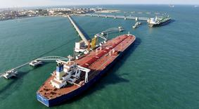 """Una panorámica de un puerto de importación de crudo en Qingdao, provincia de Shandong, 9 de noviembre de 2008. Moody's colocó a decenas de compañías de gas y petróleo en revisión para una rebaja de calificación y advirtió de un """"riesgo sustancial"""" por una lenta recuperación de los precios del crudo, que sumaría presión sobre firmas ya golpeadas por una caída del 75 por ciento en los precios desde junio de 2014. REUTERS/Stringer"""