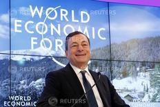 El presidente del Banco Central Europeo, Mario Draghi, asiste al Foro Económico Mundial en Davos, Suiza, 22 de enero de 2016. Draghi dijo el viernes que el banco cuenta con numerosos instrumentos a su disposición para ayudar a apuntalar la magra inflación de la zona euro y que está resuelto a actuar. REUTERS/Ruben Sprich