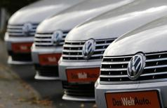Volkswagen cars are lined up for sale at a car shop in Bad Honnef near Bonn, Germany, November 4, 2015. REUTERS/Wolfgang Rattay