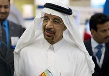 Imagen de archivo del presidente ejecutivo de la saudita Aramco, Khalid Al-Falih, habla con la prensa en el espacio de la compañía durante Petrotech 2014 (una conferencia sobre petroquímicos) en el Centro Internacional de Exhibiciones de Bahréin en Manama. 19 de mayo, 2014. Arabia Saudita, el mayor exportador de crudo del mundo, no quiere poner fin al petróleo de esquisto, sino un mercado equilibrado donde todos los productores jueguen un papel estabilizador, dijo el presidente de la gigante estatal Aramco en una entrevista en televisión. REUTERS/Hamad I Mohammed