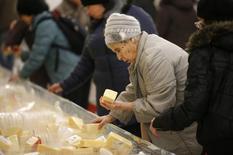 Женщина выбирает сыр в гипермаркете французской торговой сети Auchan в Москве 15 января 2015 года. Россия, ограничившая импорт западного продовольствия в ответ на санкции из-за Крыма и конфликта на востоке Украины, увеличила производство сыров и сырных продуктов в 2015 году на 17,1 процента - значительнее, чем годом ранее, следует из данных Росстата. REUTERS/Maxim Zmeyev