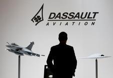 Dassault Aviation monte de 3,17% vers 12h21 à la Bourse de Paris, tandis que le CAC 40 est quasiment inchangé. La France et L'Inde ont signé un protocole accord sur l'achat de 36 avions Rafale, pour lesquels les questions financières seront réglées dans les prochains jours, ont déclaré le Premier ministre indien et le président français. /Photo d'archives/REUTERS/Denis Balibouse
