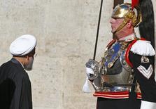 Президент Ирана Хасан Роухани (слева) в президентском Квиринальском дворце в Риме 25 января 2016 года. Роухани представит страну в Европе в качестве потенциального перспективного делового партнера после снятия экономических санкций, вернувшего ее в мир глобальной торговли. REUTERS/Tony Gentile