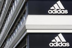 Logo da Adidas visto em prédio da companhia.  25/01/2016     REUTERS/Christian Hartmann