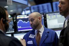 Operadores trabajando en la bolsa de Wall Street en Nueva York, ene 25, 2016. Wall Street volvió a sufrir una ola de ventas el lunes en medio de una nueva caída de los precios del petróleo que arrastró al sector energético, borrando gran parte de los avances que registraron los principales índices del mercado la semana pasada.  REUTERS/Brendan McDermid