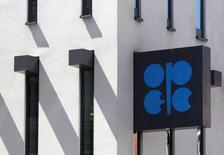 Логотип ОПЕК на здании штаб-квартиры организации в Вене 10 июня 2014 года. Представители России и ОПЕК вновь заговорили о возможности совместных действий по сокращению избытка нефти на рынке, но крупнейший в ОПЕК производитель Саудовская Аравия в очередной раз дала понять, что не будет вмешиваться в рыночную ситуацию. REUTERS/Heinz-Peter Bader