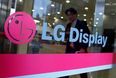 LG Display a publié une chute plus marquée que prévu de son bénéfice opérationnel du quatrième trimestre, le fabricant d'écrans sud-coréen, qui fournit notamment Apple, précisant que la faiblesse de la demande pour des produits d'électronique grand public avait pesé sur les prix. Le numéro un mondial des écrans LCD a dégagé sur la période octobre-décembre un résultat d'exploitation en baisse de 90%, à 61 milliards de wons (46 millions d'euros) alors que les analystes attendaient en moyenne 110 milliards. /Photo d'archives/REUTERS/Jo Yong-Hak