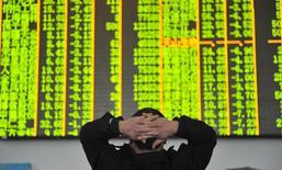 Un inversor mira una pantalla electrónica en una correduría en Hangzhou, provincia de Zhejiang, 26 de enero de 2016.  Las acciones chinas se desplomaron más de un 6 por ciento el martes a mínimos en 14 meses después de que los precios del petróleo cayeron de nuevo, lo que reactivó las preocupaciones sobre el crecimiento global y provocó una ola de ventas en los mercados de valores del mundo. REUTERS/China Daily