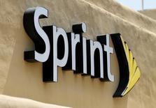 Sprint, quatrième opérateur américain de téléphonie mobile, affiche une perte trimestrielle inférieure aux attentes, grâce à la réduction des coûts et à l'augmentation du nombre de ses nouveaux abonnés. /Photo d'archives/REUTERS/Mike Blake