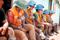 Imagen de archivo de unos mineros de la compañía Aurelsa tomando un descanso a las afueras de un túnel en Relave, Perú, feb 20, 2014. La producción de cobre, plata, zinc y oro de Perú, un importante exportador mundial de metales, creció en el 2015 frente al año previo, informó el martes el Ministerio de Energía y Minas.  REUTERS/ Enrique Castro-Mendivil