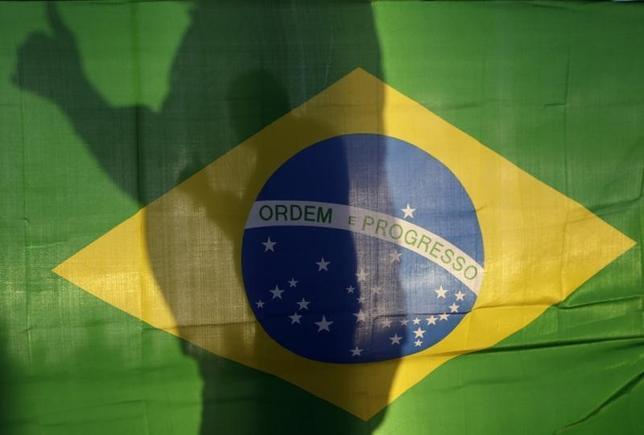 1月27日、NGOトランスペアレンシー・インターナショナルが発表した2015年の「腐敗認識指数」ランキングでは、ブラジルの順位が最も大幅に悪化した。写真はブラジル国旗、ブラジリアで2014年5月撮影(2016年 ロイター/Ueslei Marcelio)