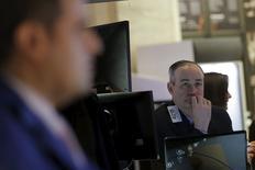 Трейдеры на торгах Нью-Йоркской фондовой биржи 20 января 2016 года. Фондовые рынки США набрали более 1 процента во вторник за счёт роста цен на нефть и сильных квартальных результатов 3M, Johnson&Johnson и Procter&Gamble. REUTERS/Brendan McDermid