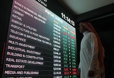 El mercado del petróleo no llegará a un equilibrio de oferta y demanda hasta incluso finales de 2017, porque un incremento de producción de la OPEP contrarrestará cualquier baja de fuentes no convencionales de crudo, dijeron el martes expertos del sector. En la imagen, un inversor mira una pantalla con información de cotizaciones en la Bolsa de Riad, el 18 de enero de 2016. REUTERS/Faisal Al Nasser