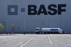 BASF, premier chimiste mondial par le chiffre d'affaires, avertit que ses bénéfices 2015 devraient être plus faibles que prévu, à 6,2 milliards d'euros, en raison de l'effet de la baisse des cours du brut sur ses activités dans le pétrole et le gaz. /Photo prise le 23 avril 2015/REUTERS/Ralph Orlowski