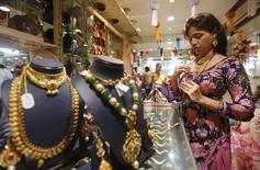 Ювелирный магазин на рынке в Мумбаи. 9 ноября 2015 года. Цены на золото близки к 12-недельному максимуму при поддержке слабого доллара и накануне публикации итогов совещания ФРС. REUTERS/Shailesh Andrade