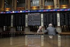 El selectivo español aprovechó la fortaleza de dos de los valores que más ponderan para apuntarse un alza del 0,56 por ciento, ignorando los descensos de otros grandes como Santander que cotizó negativamente sus resultados anuales. En la imagen se ve el parqué en la Bolsa de Madrid el 6 de julio de 2015. REUTERS/Juan Medina