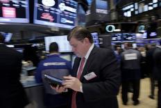 Wall Street a terminé en baisse mercredi à l'issue d'une séance très volatile, prise entre les perspectives décevantes d'Apple et de Boeing, la remontée du pétrole et les déclarations de la Fed à l'issue de sa réunion de politique monétaire. /Photo prise le 27 janvier 2016/REUTERS/Brendan McDermid