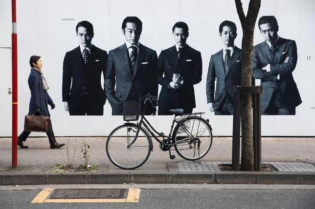 1月28日、経済産業省が発表した12月の商業動態統計速報によると、小売業販売額は前年比1.1%減の13兆3640億円で、2カ月連続の減少となった。東京・銀座で昨年12月撮影(2016年 ロイター/Thomas Peter)