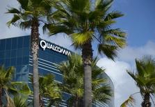 Qualcomm prévoit un bénéfice inférieur aux attentes pour son deuxième trimestre en cours, la demande de puces pour appareils portables ayant ralenti, dans un contexte plus difficile, face à la concurrence croissante des groupes chinois et taiwanais. /Photo prise le 3 novembre 2015/REUTERS/Mike Blake